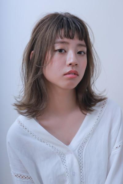 抜け感外ハネミディアム × アッシュベージュ